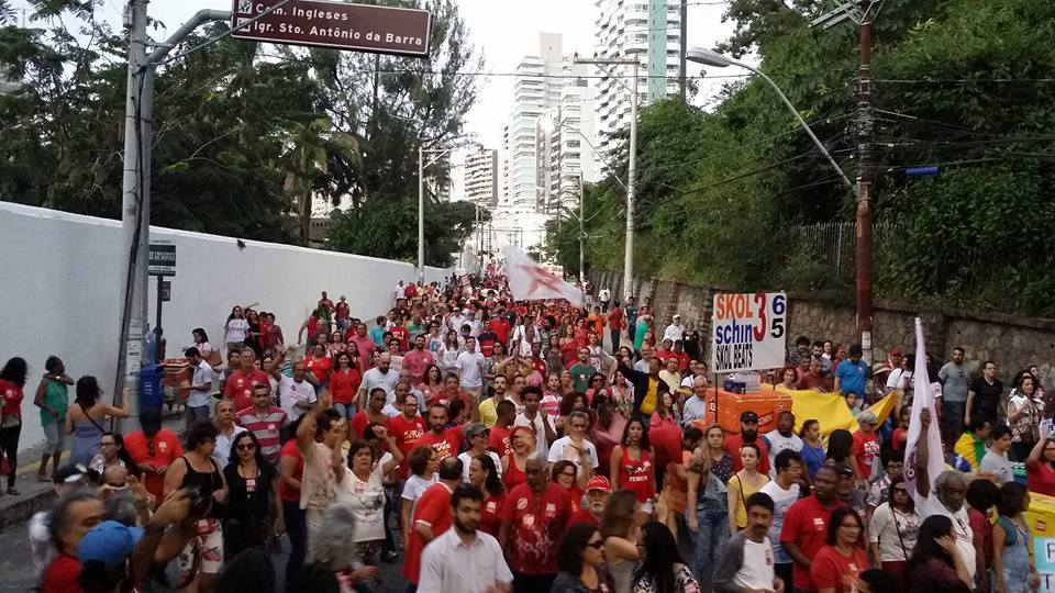 Milhares pedem a volta da presidente Dilma Roussef.