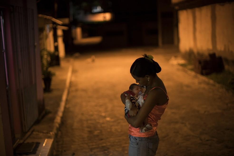 Mais de 50% das brasileiras desistem de engravidar por causa do zika, diz pesquisa