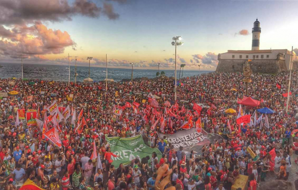 """BA: 100 mil pessoas atendem chamado dos artistas e gritam """"Fora Temer"""" no Farol da Barra"""